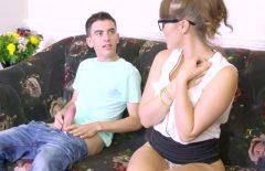 إنها تريد أن تريه كيف يمارس الجنس مع النساء في المهبل