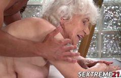 الإباحية مع جدتي بصورة عاهرة الذي يمارس الجنس مع بوسها بشكل جيد