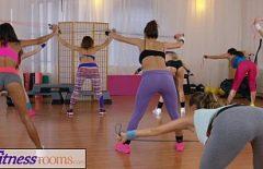 بعد ممارسة اللياقة البدنية ، تلعق الفتيات كسهن
