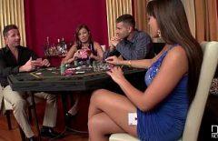 يمارس الجنس في مجموعة مع اثنين من الأشياء الجيدة في لعبة البوكر