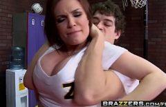 امرأة سمراء مع كبير الثدي الملاعين بوسها والحمار في غرفة خلع الملابس