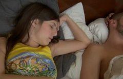 زوجان شابان يمارسان الجنس مع ما يعرفان أنه من الأفضل القيام به في الليل في السرير