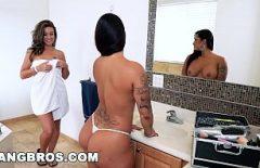 ثلاث كسس تلعق بعضها البعض في الحمام