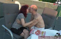 خلقت أحمر الشعر وزوجها قبلة مكثفة على الشرفة حيث يحلو لهم
