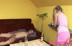 شقراء في سن المراهقة الملاعين في حالة سكر