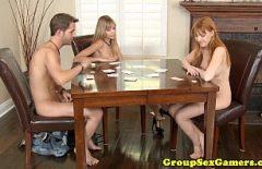 اثنين من الهرات وطالب يلعب البوكر على اللعنة
