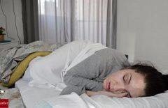 امرأة نائمة تطلب ديكًا من رجل يريده كسها الصغير