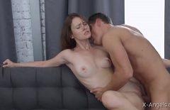 يمارس الجنس مع صديقته ويركلها ثم يتركها تدخل في فمها