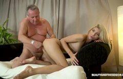 الأب المحب للجمل يمارس الجنس مع ابنته في جميع الثقوب الممكنة