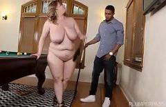 المرأة المليئة بالترهل والثدي الكبير تتحرك في ديك وحشي