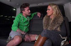 شقراء معلقة في المطار ومارس الجنس في السيارة