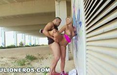 الجنس على الحائط مع كس صغير يأخذ قضيبه في الأماكن العامة من أخيها