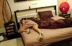 يذهب رجل يائس إلى زوجته ويضربها أثناء نومه