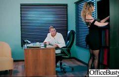 إنها قطعة قماش كبيرة في العمل تضاجع رئيسها حتى لو كانت متزوجة