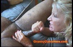 امرأتان كبيرتان في السن استغل من قبل اثنين من السود