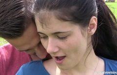 يضع أنفه في بوسها ويضربها