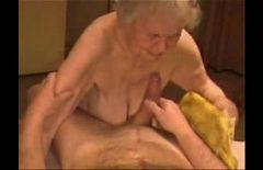 الجدة البالغة من العمر 90 عامًا تمارس الجنس مع ابن أخيها الصغير