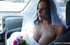 يسرق خير العروس ، ويمارسها اللسان ويضربها