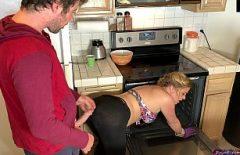 أمي تطبخ وابنها يمارس الجنس معها على ظهرها في المطبخ الرومانسي