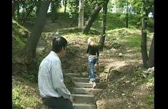 يعلقها على حبل في الحديقة ويأخذها إلى المنزل ليمارس الجنس معها