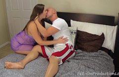تستيقظ رجلها النائم ليمارس الجنس معها ويتركها