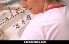 ممرضة مارس الجنس في المرحاض من قبل طبيب