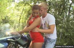 الفتاة تحب أن تمارس الجنس على دراجة نارية