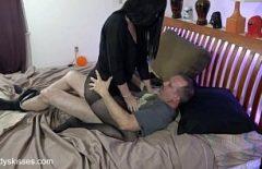 توسل لها الرجل البالغ من العمر 50 عامًا للسماح له بالرحيل لأنه يختلف في بوسها