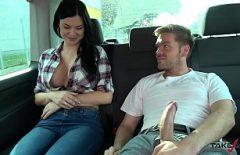 امرأة سمراء سيئة سيئة مع كبير الثدي مارس الجنس في واحدة بعد واحدة مع ديك كبيرة
