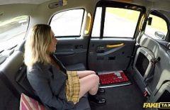 الجنس المكنسة الذي يجعل الجنس الجميل في السيارة Xxx سيارة أجرة