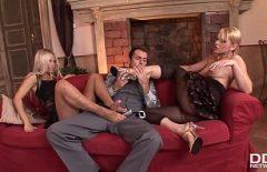 شقراوات توغلت بشدة في كس من قبل رجل لديه الرغبة الجنسية