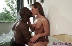 امرأة سمراء مارس الجنس في المؤخرة من قبل رجل أسود مع ديك ضخمة