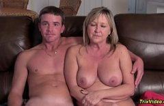 امرأة مسنة لها آباء مهجورون تضاجع جارها الشاب