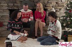 في عيد الميلاد ، سانتا يمارس الجنس بشكل جيد ثم ينفجر بقوة