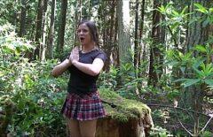يمارس الجنس مع صديقته الأب في وسط الغابة