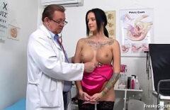 يمارس الجنس مع عمته التي تذهب إلى الطبيب Xxx