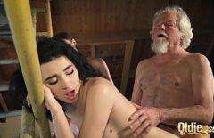 رجل عجوز يمارس الجنس مع فتاتين من البلد