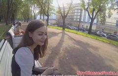يعلقها في الحديقة ليأخذها إلى المنزل لمنحها اللسان ويمارس الجنس معها