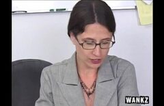 تقول المعلمة بدون نظارات إنها طفلة وتريد أن تمارس الجنس على المقعد الخلفي
