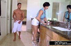 امرأة سمراء مفلس مارس الجنس أثناء تشديد ملابسها