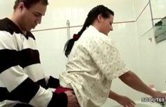 يمسك أحدهم برئيسه في الحمام ويضربها