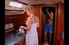 امرأة سمينة مارس الجنس من قبل صديقها على متن يخت