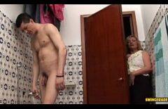 امرأة مسنة تفاجئ قطعانها عندما يتم اصطحابها ومضاجعتها