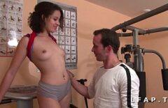 خلقت مع القليل من الثدي مارس الجنس في صالة الألعاب الرياضية في جميع المواقف