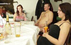العربدة الإباحية في مكان في جمهورية التشيك مع العديد من الهواة