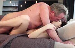 رجل عجوز يمارس الجنس مع امرأة سمراء أصغر منه بكثير على الأريكة