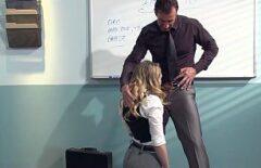 لديها خيال مع أستاذها وتريد أن يتم اختراقها على الكرسي