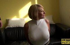 المكنسة مع كبير الثدي صفع على القطع ومارس الجنس