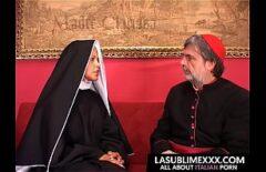 راهب يذهب إلى الحبال ويضرب امرأة سوداء بزاز صغير