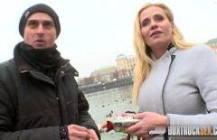 المكنسة الخرسانية تصنع أفلامًا إباحية في الأماكن العامة مع عاهرة واحدة